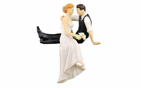 Svadobné figúrky - novomanželia sediaci na okraji torty - Maramisa